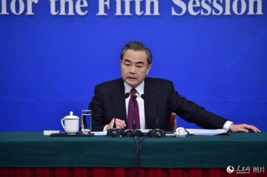 """中國外長王毅高""""言值""""應對中外記者提問"""