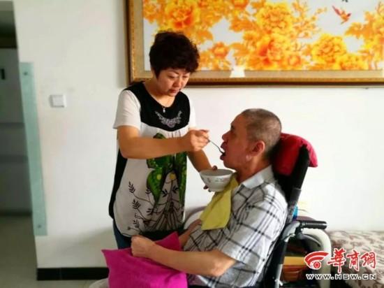 米脂男子瘫痪在床十余年 妻子:我没有放弃丈夫的理由