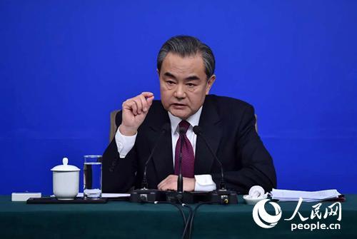 图为2017年3月8日上午,外交部部长王毅回答中外记者提问。人民网记者翁奇羽摄