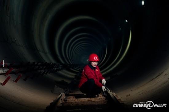 地铁女建设者工地拍写真 网友:被地铁女神萌翻了