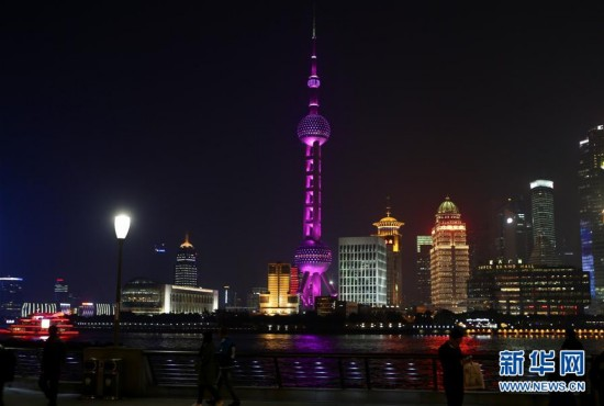 """(新华网)(2)上海:东方明珠点亮粉红灯光庆""""三八"""""""