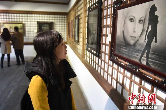 福建举办女性影雕工艺师作品展 展示惠安千年石雕文化