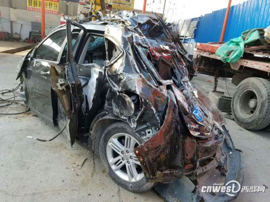 汉中一越野轿车从35米高大桥飞出坠河 司机受轻伤