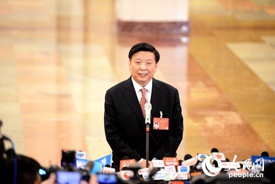 """国土资源部部长姜大明在""""部长通道""""上回答记者提问 人民网记者张启川摄"""