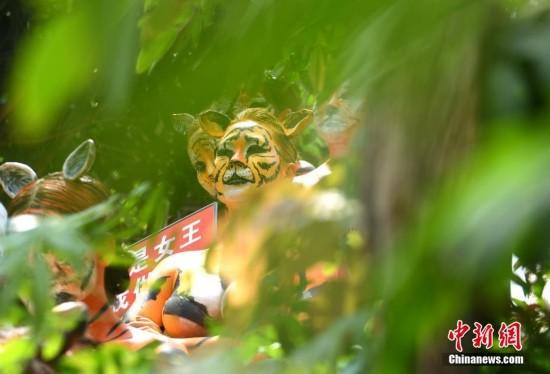 三亚举行人体彩绘活动模特扮老虎表演