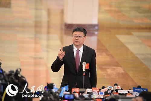 环境保护部部长陈吉宁接受记者提问 人民网记者张启川摄
