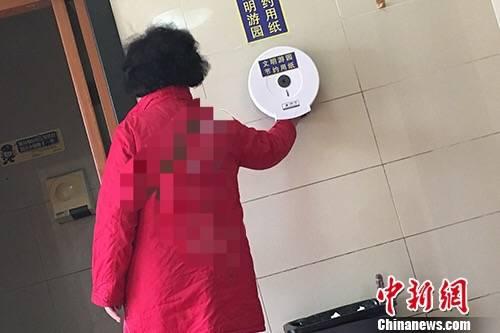 北京天坛公园厕所提供免费用纸。汤琪 摄