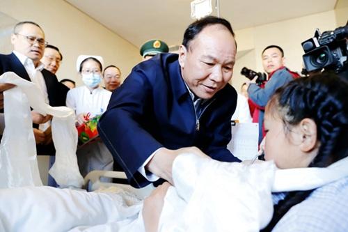 西藏自治区党委副书记、区政府主席齐扎拉祝福13岁的小姑娘达珍早日康复。(景福兰 摄)