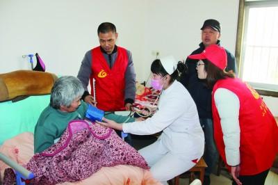 连云港开发区志愿服务队上门为困难群众量血压