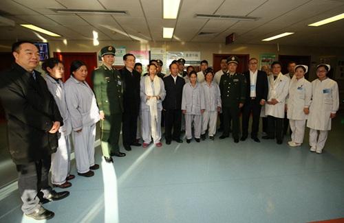 西藏自治区党委副书记、区政府主席齐扎拉一行与患者合影。(白姜江 摄)