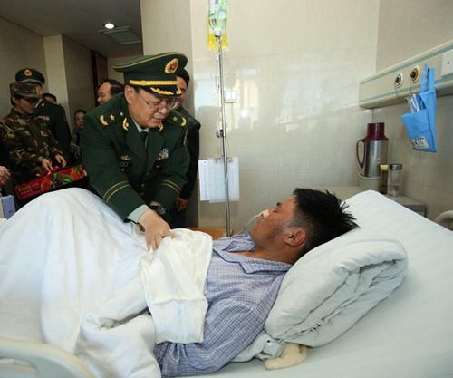 武警西藏总队司令员宋宝善慰问患者。(白姜江 摄)