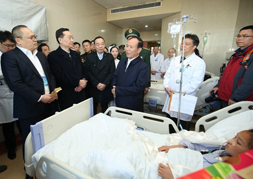 西藏自治区党委副书记、区政府主席齐扎拉向中华慈善总会会长李本公(前排左二)了解救助情况,并表示感谢。(白姜江 摄)