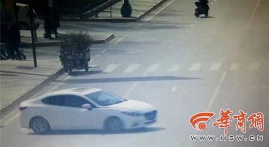 临潼男子兵马俑博物馆门前玩漂移 民警持枪拦
