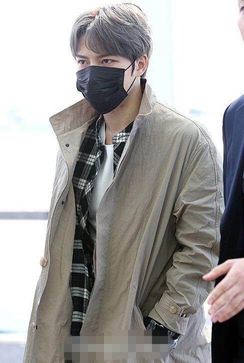又染发!金在中口罩遮面现身机场 灰褐发色吸睛【组图】