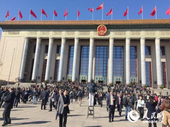 大会闭幕后委员们走出人民大会堂。人民网赵艳红 摄