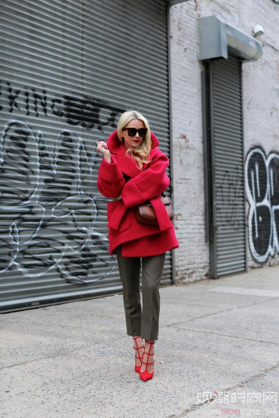 吸睛当属红色高跟鞋,时髦星人...