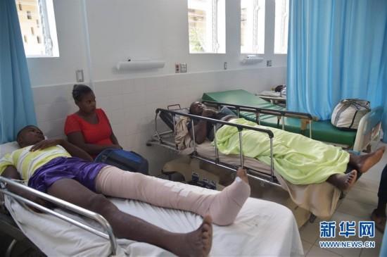 12日凌晨,在海地北部城市戈纳伊夫,一辆公交车撞倒两名路人造成一死一伤后,在试图逃逸时,因天黑及慌乱等原因,冲入街边步行人群,造成34人死亡、15人受伤。