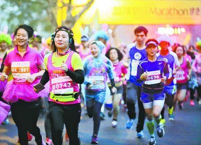 武汉女子半程马拉松 近千名佳丽边跑边抢红包