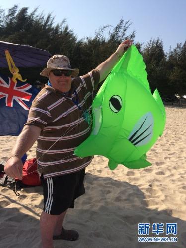 纽西兰风筝爱好者罗伯特及其设计的软体风筝。