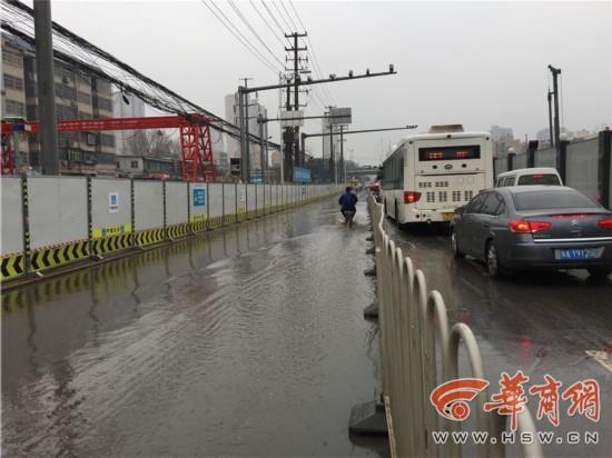 降雨致积水漫入施工基坑 昆明路东口临时交通管制