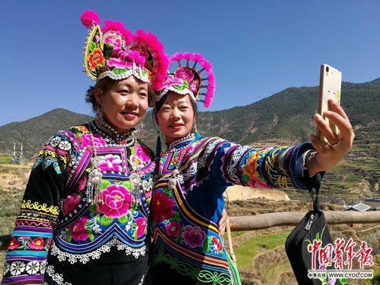 传承彝绣的女人们