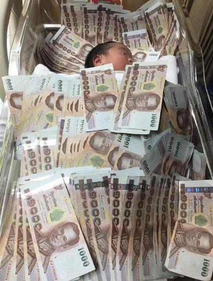 婴儿盖40万现金睡 网友:有没有考虑过小孩感受