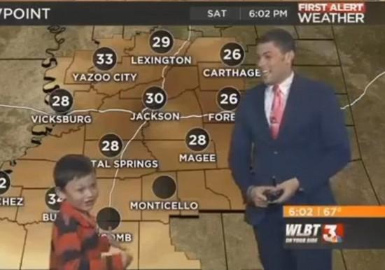 美国小男孩冲入天气预报直播间对播报员放屁