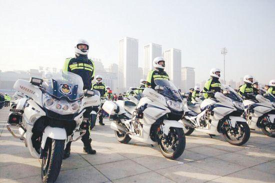 沈阳500骑警全城巡逻管控交通