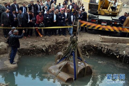 开罗出土巨型雕像残块 考古学家推断属拉美西斯二世雕像
