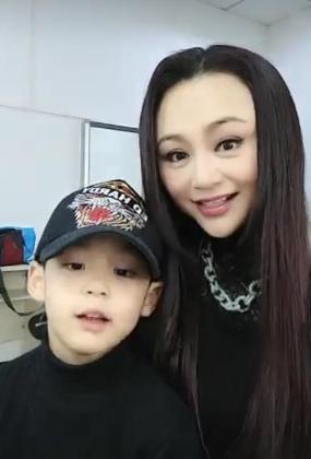 曹颖与儿子一起玩直播