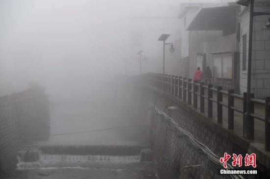 福州山区大雾弥漫 宛如仙境