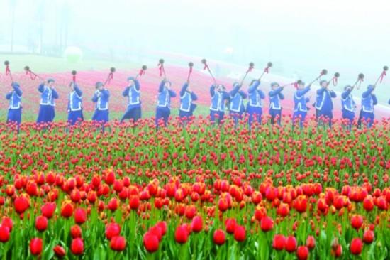 图为布依长号齐鸣,庆祝花朝节的到来. 韩德贵 摄