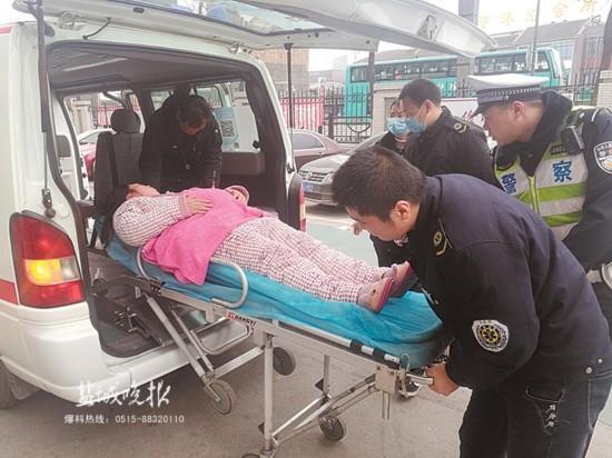 盐城孕妇突发状况需医治 交警驾警车一路护送