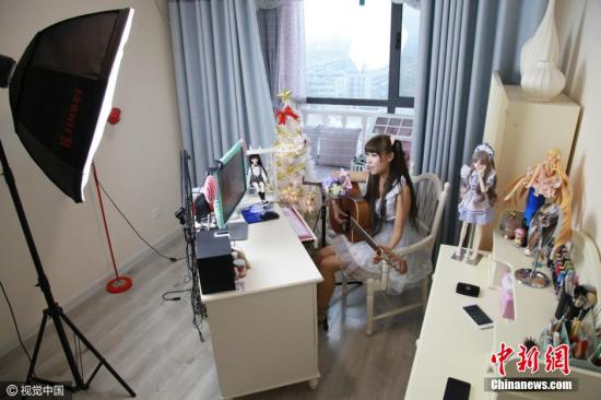 A hostess in a live streaming broadcast. [Photo: Chinanews.com]