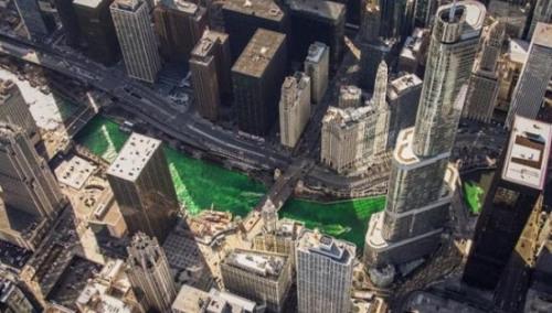被染成绿色的芝加哥河。