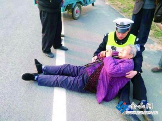 镇江79岁老太被撞 肇事车辆逃逸