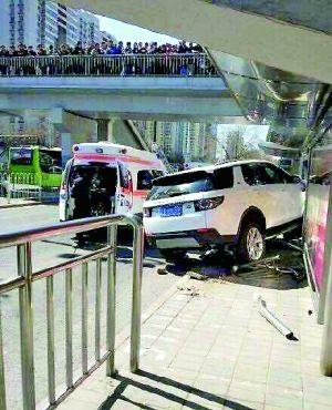 越野车冲上公交站台撞倒三人 一人死亡两人受伤