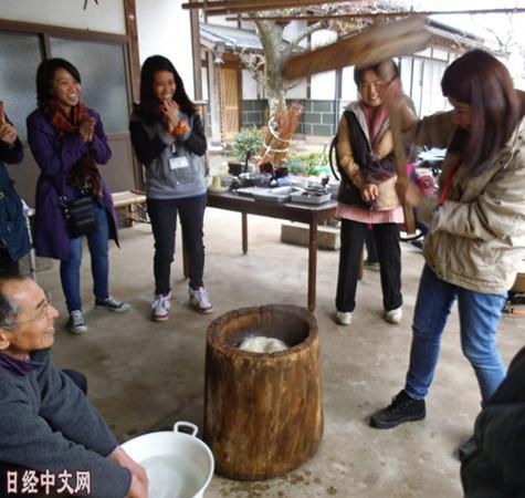中国侨网外国游客与农户之间进行交流。摄于枥木县大田原市。(日经中文网)