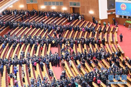 (两会・人大闭幕)(18)十二届全国人大五次会议在北京闭幕