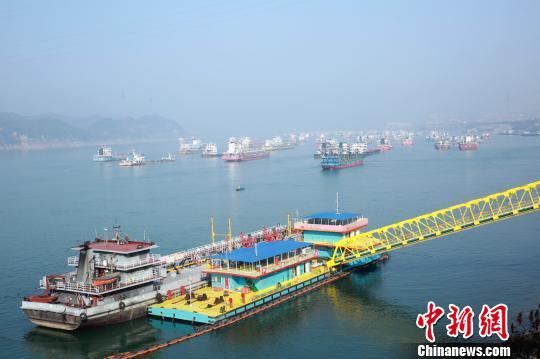 三峡大坝检修期间,沿江船只限行滞留 乾龙 摄