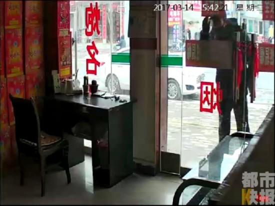 店主有事只锁玻璃门离开 男子寻机会进店行窃