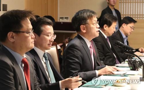 3月16日,在中央政府首尔办公楼,副财长崔相穆(左三)在第51次宏观经济金融会议上发言。(图片来源:韩联社)