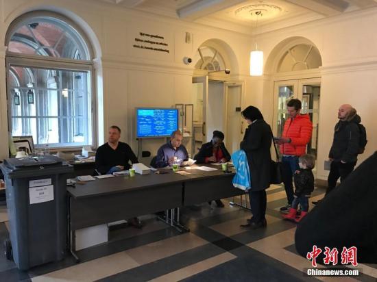 当地时间3月15日,荷兰举行议会二院(众议院)选举。选前民调显示,参加此次选举的28个政党,无一能获得超过20%的选票。荷兰议会二院共有150个席位。图为海牙当地市民在投票点进行投票。<a target='_blank'  data-cke-saved-href='http://www.chinanews.com/' href='http://www.chinanews.com/'><p  align=
