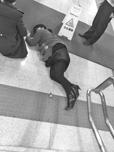 高跟鞋鞋跟突然断裂 女子下楼梯摔倒受伤