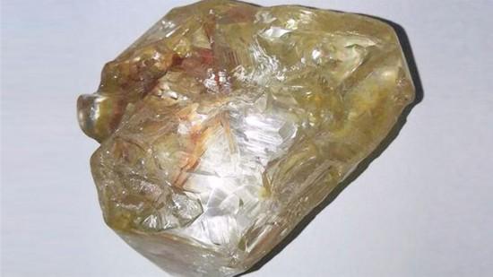 非洲男子挖到估值4亿钻石 捐给国家改善经济