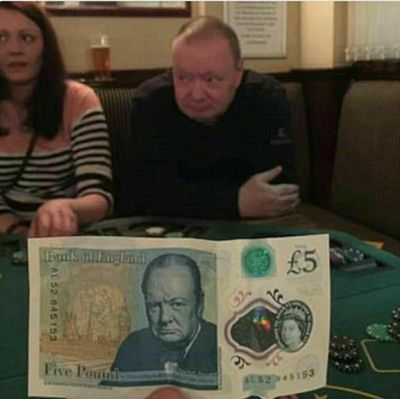 """2017年1月,有网友在酒吧偶遇正在打扑克牌的著名政治家""""丘吉尔"""",高高的发际线、神似的五官,怎么看都跟5英镑纸币上的一模一样。照片上传网络后,立即收获了大片啧啧称奇声。"""
