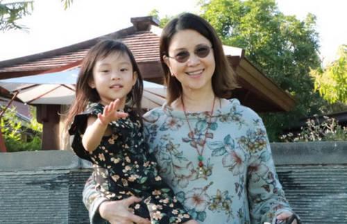 李小璐妈妈为甜馨扎辫子小宝贝头发都那么长了