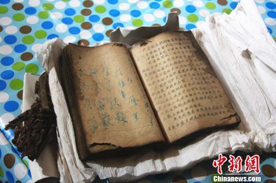 珍藏在村民家中的工农红军郝西史大学《政治工作参考资料》。 卢文伟 摄
