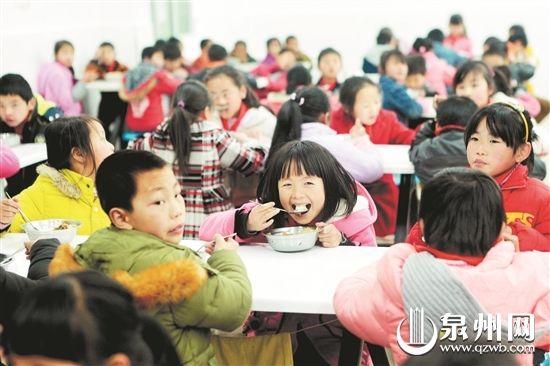 吃上热乎乎、香喷喷的爱心午餐,孩子们脸上绽放出灿烂的笑容。