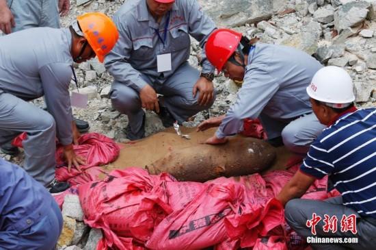 三亚警方销毁5枚抗战时期遗留废旧航空炮弹